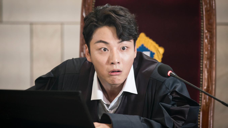 『親愛なる判事様』全話あらすじ 前科5犯のチンピラと正義を信じる司法修習生が巻き起こす法廷ラブコメディ。ユン・シユンがチンピラとエリート判事の双子を一人二役で演じる。